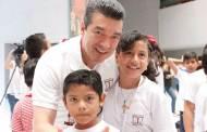 Convive Rutilio con niñas y niños del curso de verano