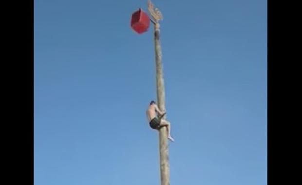 Hombre cae de un alto poste durante una fiesta popular en Siberia