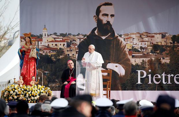 VIDEO: Papa Francisco rinde homenaje al popular santo italiano Padre Pío