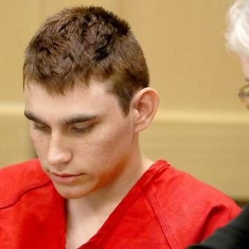 Prohíben a hermano de autor de masacre en Florida tener armas de fuego