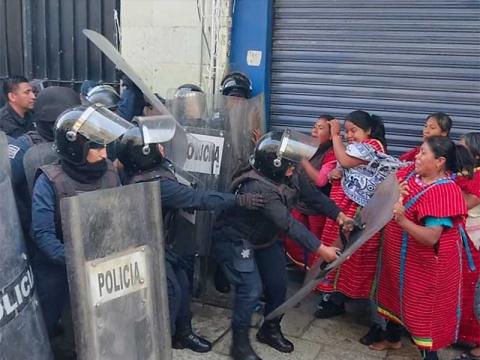 Desalojan campamento de mujeres triquis en Oaxaca