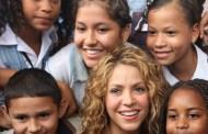 Shakira coloca la primera piedra de dos colegios en Colombia