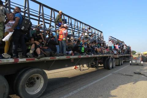 Migrantes salvadoreños parte de Arriaga rumbo a Oaxaca; una caravana de 400 hondureños
