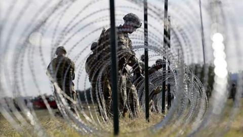 Soldados del Ejército deEstados Unidos fortifican su muro