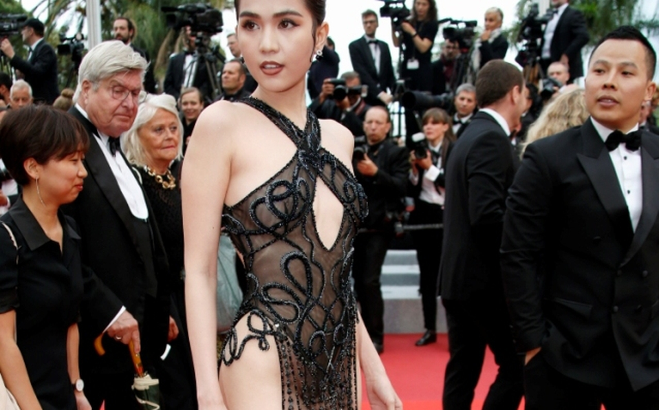 Modelo desfila en Cannes con vestido transparente