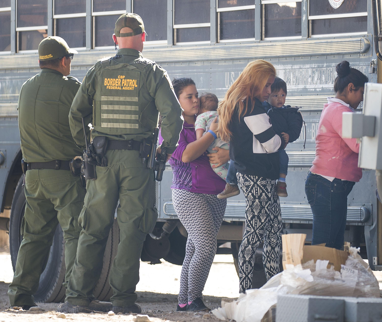 La cifra de migrantes devueltos por EU a México rondaría los 180 mil a fin de año: COMAR