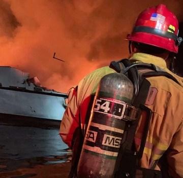 34 personas están desaparecidas después de que un barco se incendiara en  Estados Unidos