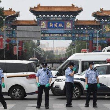 Beijing reporta situación 'extremadamente grave' por rebrote de COVID-19 y cierra escuelas
