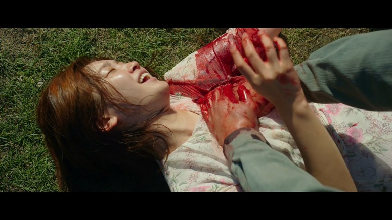 80. 기정의 상처에 손가락을 넣고 있는 기택.jpg