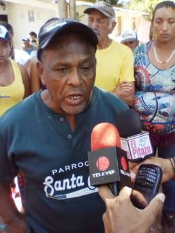Aristóbulo Días (franela y gorra negra) expresó que la desaparición de su vecino obedece al robo de un transformador del cual quisieron acusarlo