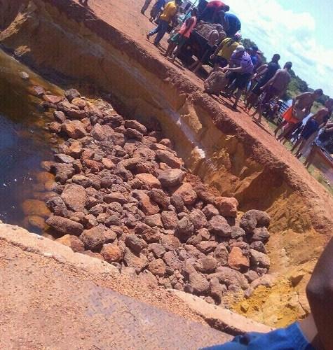 Así quedó el terraplén que divide el puente de los Hileros de Parmana al ser arrastrado el sedimento por las fuerzas de las aguas