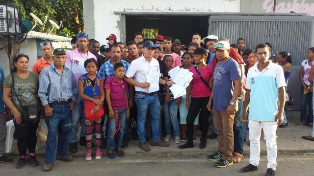 José Alberto León se dirigió junto a grupo de personas hasta la sala electoral municipal