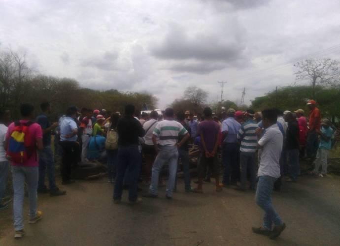 Vecinos del caserío San Antonio cerraron la vía en protesta