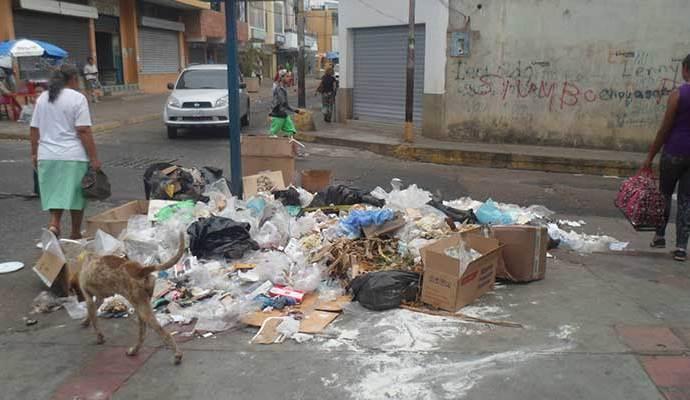 En la calle Atarraya cruce con Gonzalez Padrón había una feria de basura.