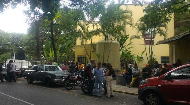 """""""]  Familiares a las afueras de la morgue de Bello Monte a la espera de la entrega de los cadáveres."""