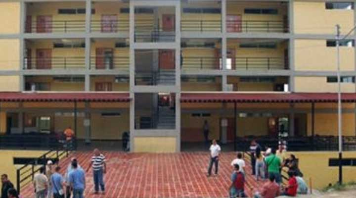 En plena protesta de estudiantes de Medicina el periodista Franklin Rodriguez fue atacado por una de las autoridades de esta casa de estudio.