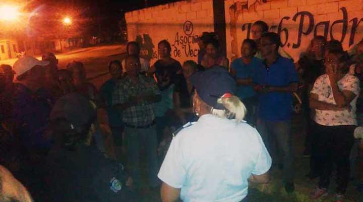 Vecinos y dirigentes vecinales sostuvieron una reunión con los representantes de los cuerpos policiales.