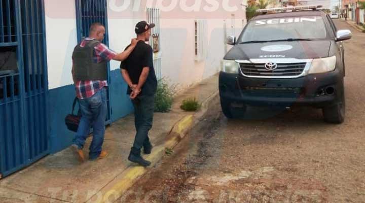 Momento de la captura del sujeto, quien se hacia pasar por funcionario del Sebin.