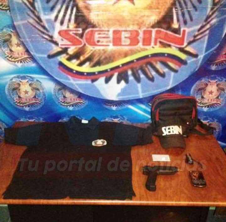 El hombre portaba una camisa de color negro con logo alusivo al Sebin, una gorra negra con siglas de El Sebin y un facsimil.