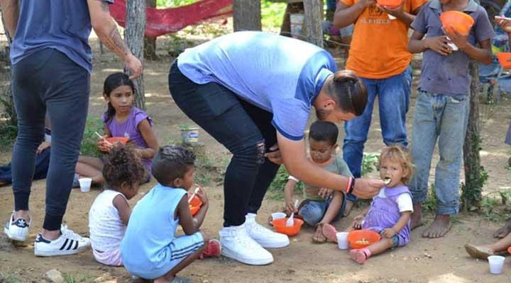 El grupo de jóvenes llevaron un rico almuerzo a los mas necesitados