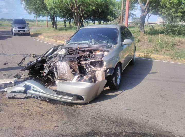 Vehículo Optra quedo parcialmente destrozado.