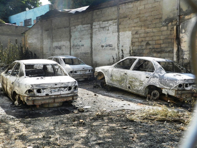 Incendiaron tres vehículos municipales accidentados en estacionamiento del edif. Las María.