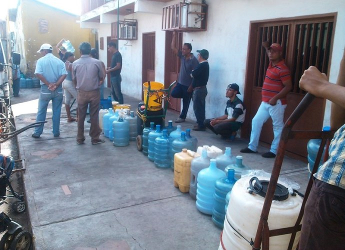 Buscando agua para uso doméstico a precio solidario