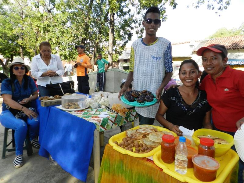 Expositores de dulcería y panadería criolla en la plaza Bolívar.j