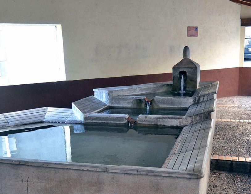 Fuente de agua llena de calor  en Guijo de Santa Bárbara