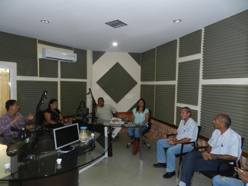 Karen Armas informa a trabajadores, productores y radiodifusores sobre el cierre de la estación.