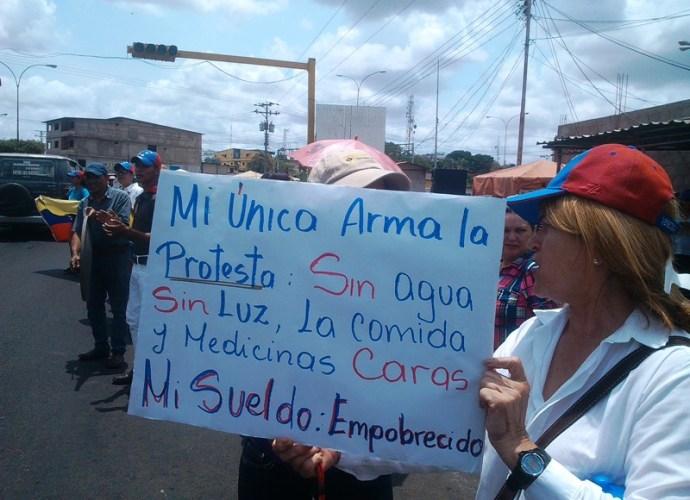 Mi _nica arma es la protesta, se lee en consigna.jpg