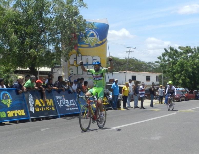 Alejandro Perez de Confiteria El Loro-Apure supera a Manuel Medina en embalaje para ganar el Clasico de Chaguaramas