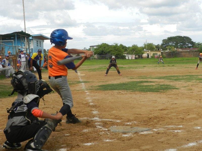 Nicolás García, refuerzo del equipo de Infante conecta batazo que impactó en el lanzador abridor por Roscio.