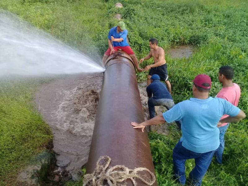 Tapan goteras en la tubería que conduce el agua desde el embalse Tamanco hasta la Planta de Tratamiento de Valle de la Pascua.jpg
