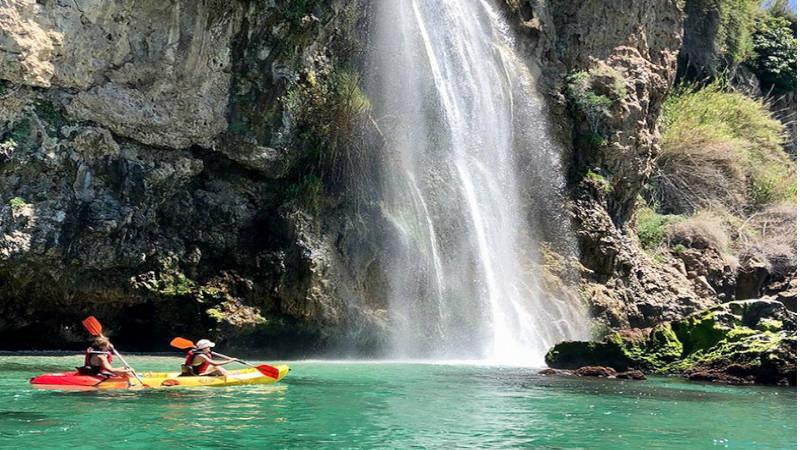 Navega por todo su litoral, en kayak y descubre sus intrigates cuevas.