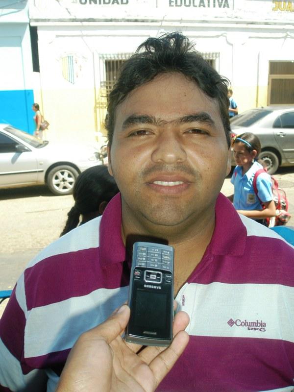 Gabriel Acosta reitera que el olor es insoportable.