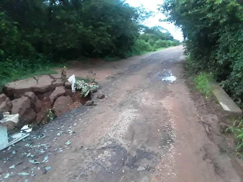 El hundimiento de la vía causa problemas a conductores de la vía Las Mercedes del Llano - Santa Rita de Manapire.