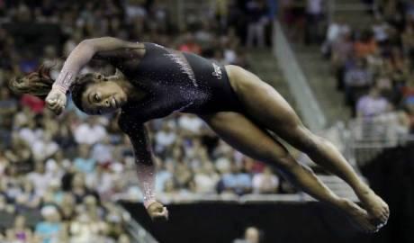 La gimnasta Bile, haciendo historia con su salto, doble triple en el suelo