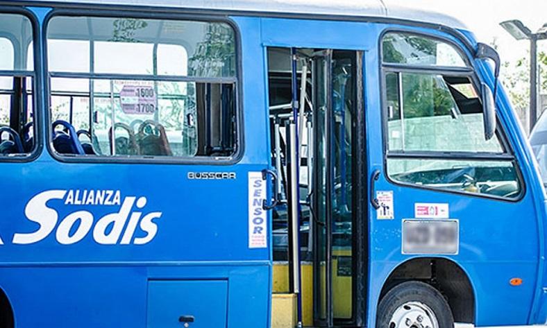 Atracan autobus en la vía Circunvalar, a la altura del barrio Villa San Pedro Etapa III.