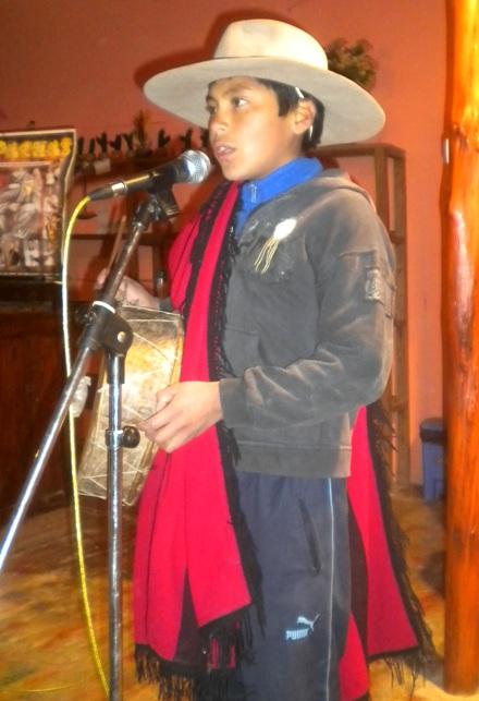 Yoel Zambrano, de 13 años, cantando una copla acompañado de su caja