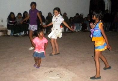 Las niñas bailando saya
