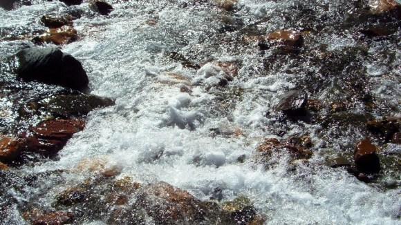 Cristalinas aguas del río; época en que no llueve...