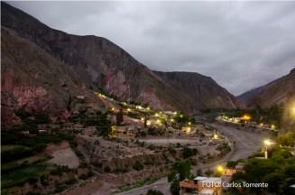 Las luces del pueblo ya están encendidas. (Foto: Carlos Torrente).