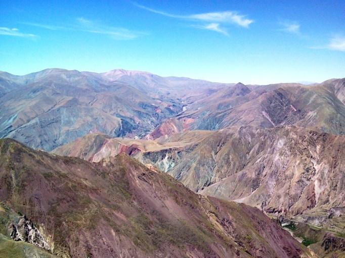 Una foto que parece un cuadro: cerros de todos colores; abajo a la derecha, se ve parte de San Juan. Más hacia el centro, la Panti Pampa, luego Iruya, Campo Achiras, Campo Redondo, la zona de Pueblo Viejo y Colanzuli. Arriba, un poco a la izquierda, majestuoso el Cerro Morado (5100 msnm). (Foto: Pablo Harvey)