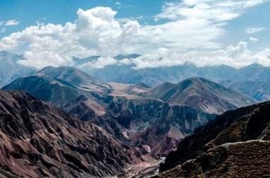 Los cerros y las nubes mostrando su belleza. Silenciosos guardianes de secretos tesoros escondidos. (Foto: Loupe Fotografía)