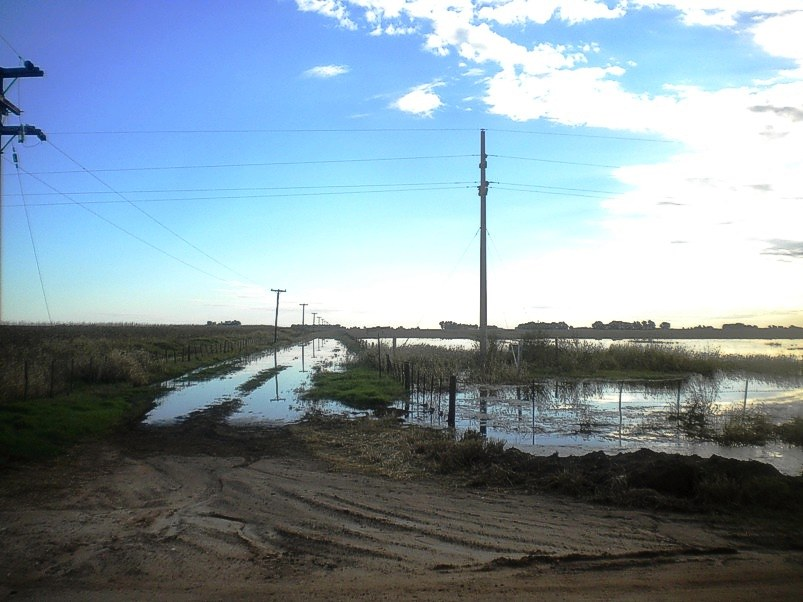 Una calle intransitable por las aguas