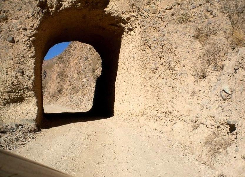 El túnel, a unos 2 km de Iruya. Un hueco excavado en la montaña para que pase el camino.