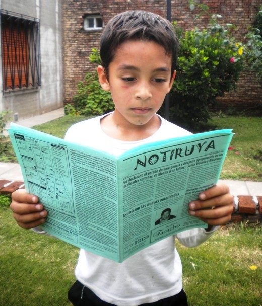 Octavio, de San Eduardo, concentrado leyendo su ejemplar de NOTIRUYA.