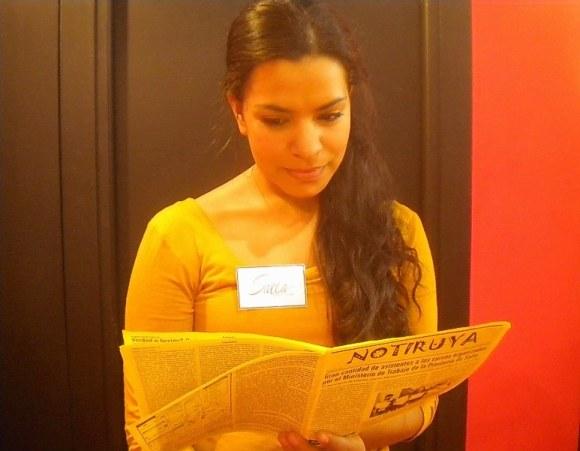 Sara, salteña en el stand de Salta en la 40ma Feria del Libro en Buenos Aires, con NOTIRUYA