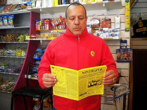 Orlando, dueño de Quiosco Golosos, en General Villegas; leyendo NOTIRUYA